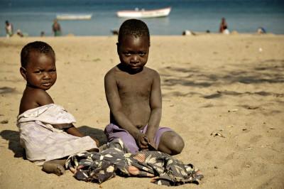 Enfants sur la plage de Cape Maclear au bord du lac Malawi