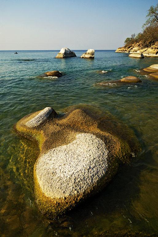 Rochers arrondis à Ilala gap sur le lac Malawi