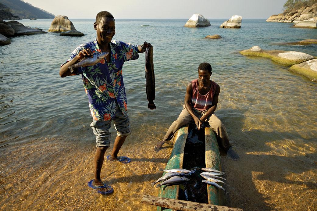 Pêcheurs et leurs prisent du jour au bord du lac Malawi