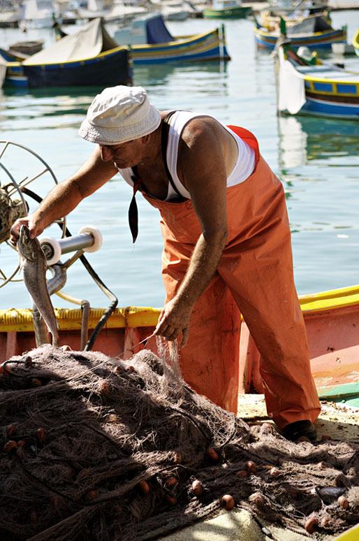 Pêcheur dans le port de Marsaxlokk, Malte
