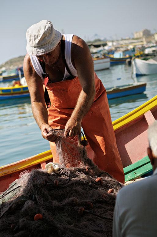 Pêcheur avec ses filets à Marsaxlokk, Malte