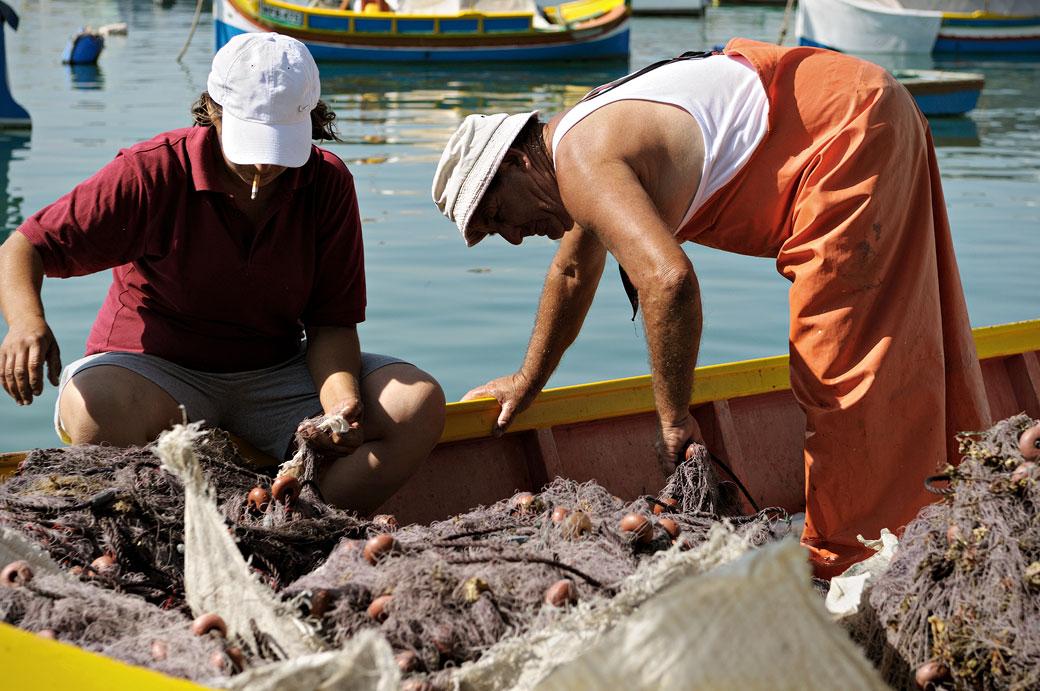 Pêcheurs dans le port de Marsaxlokk, Malte