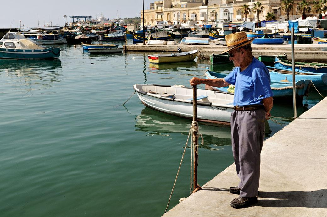 Vieil homme dans le port de Marsaxlokk, Malte