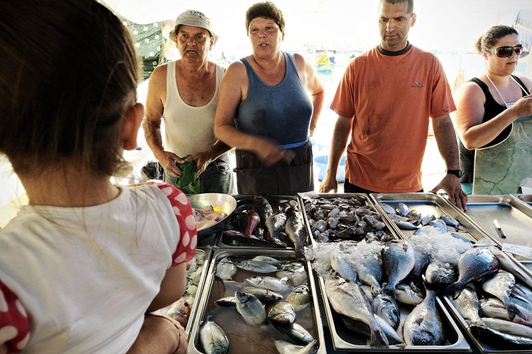 Vendeurs de poissons au marché de Marsaxlokk, Malte