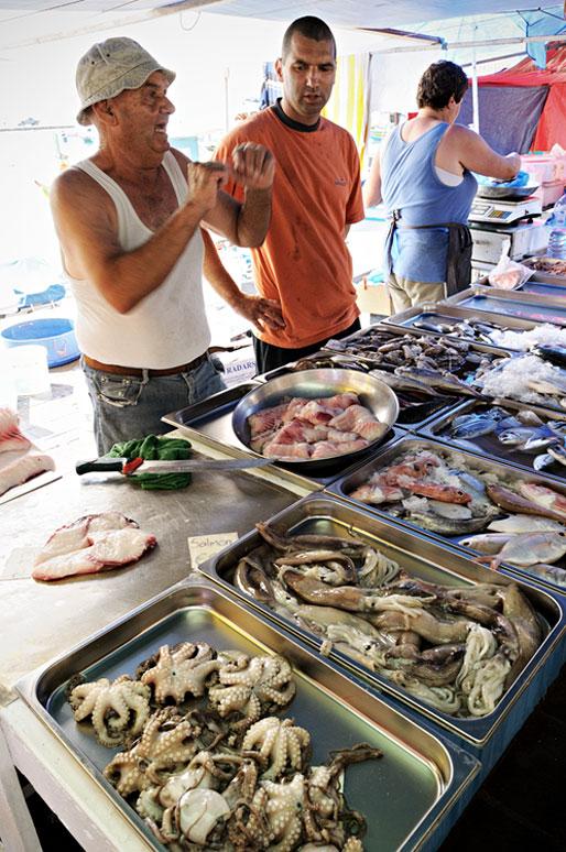 Poissonniers et fruits de mer au marché de Marsaxlokk, Malte