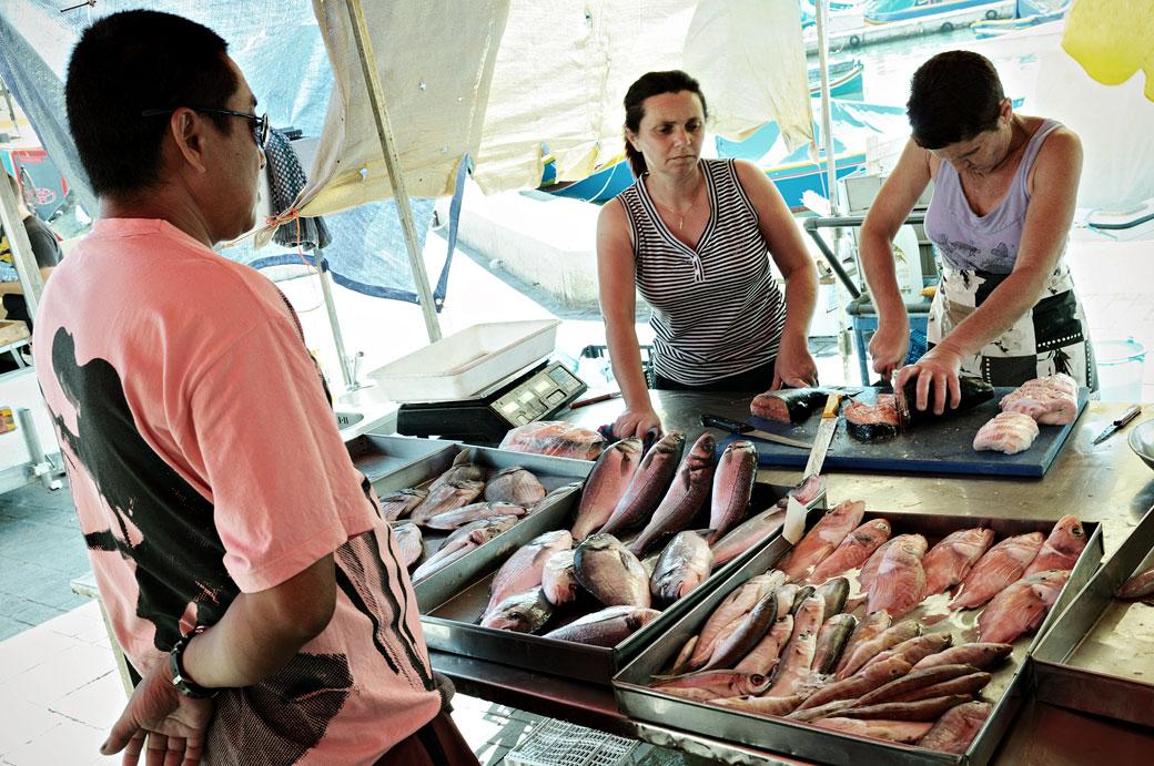 Acheteur au marché aux poissons de Marsaxlokk