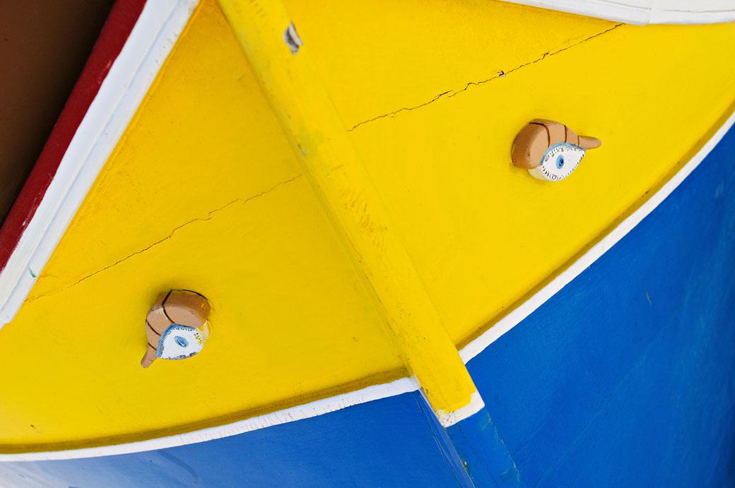 Paire d'yeux sur un luzzu à Marsaxlokk, Malte