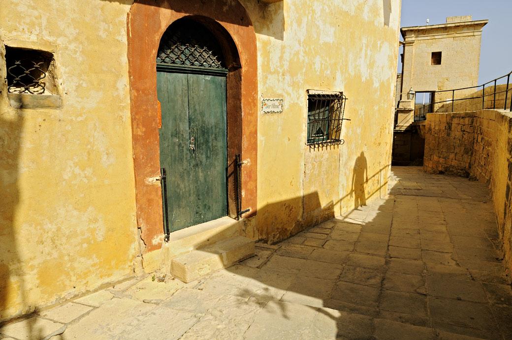 Ombre sur un mur de la citadelle de Victoria à Gozo, Malte