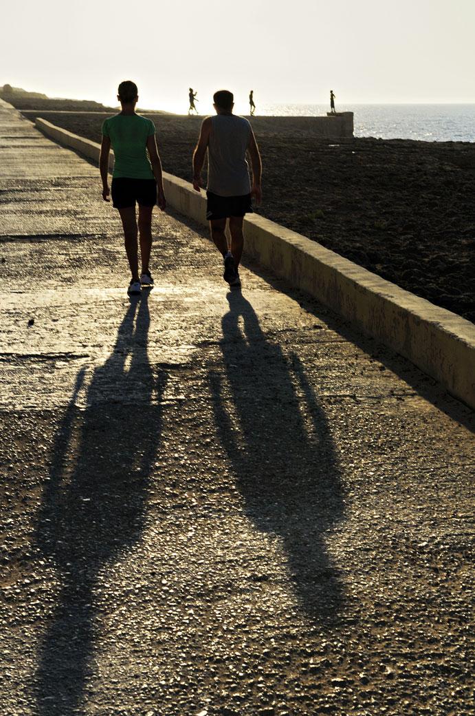 Marcheurs sur la côte nord de Gozo au coucher du soleil, Malte