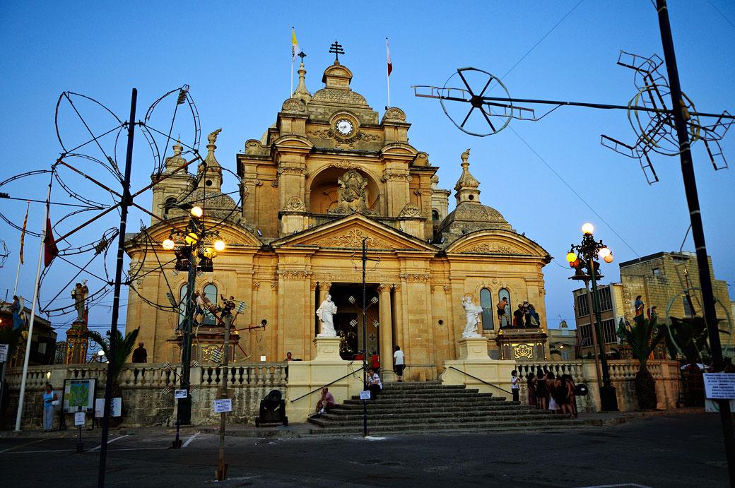 Église de Nadur pendant l'heure bleue à Gozo, Malte