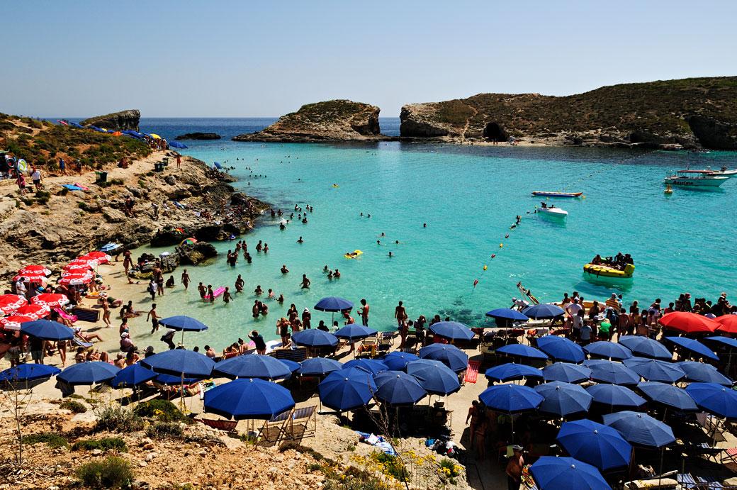 Parasols et vacanciers au lagon bleu de Comino, Malte