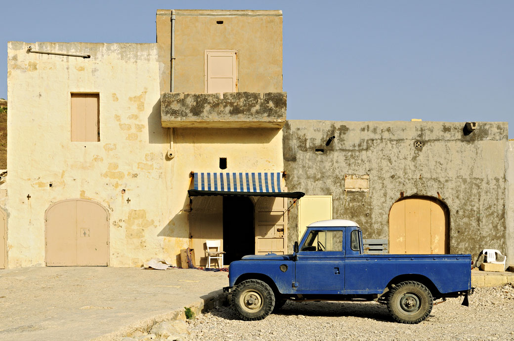 Voiture bleue et maison de Gozo, Malte