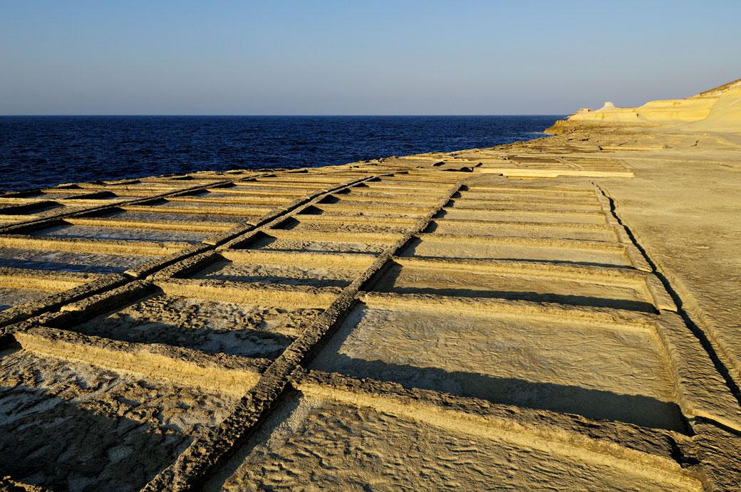 Marais salants taillés dans la roche à Gozo, Malte