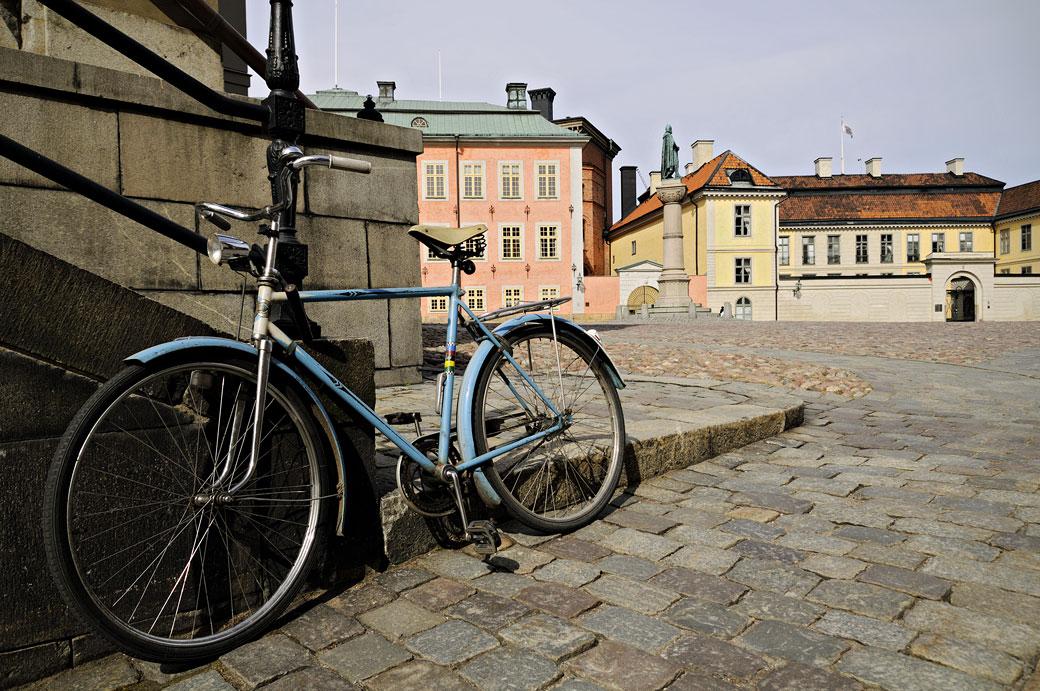 Vélo bleu sur l'île de Riddarholmen à Stockholm, Suède