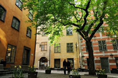 Couple sur la place de Brända Tomten à Gamla Stan, Stockholm