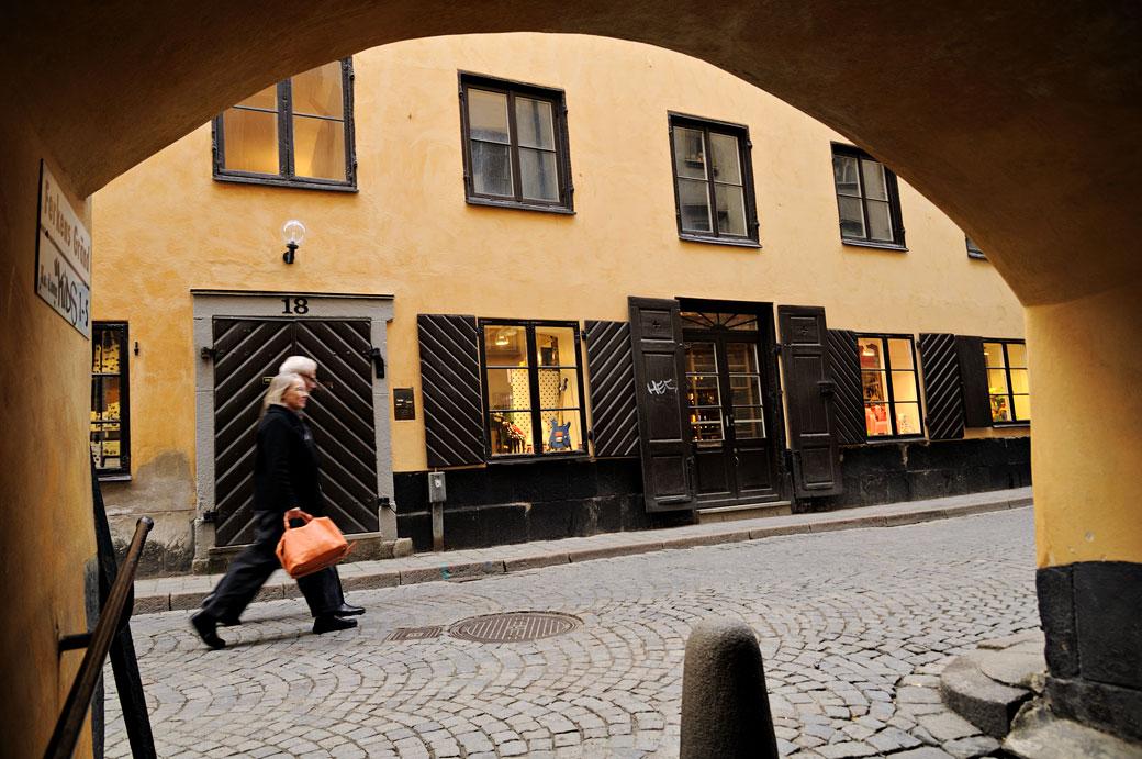 Passants devant la ruelle de Ferkens Gränd à Stockholm