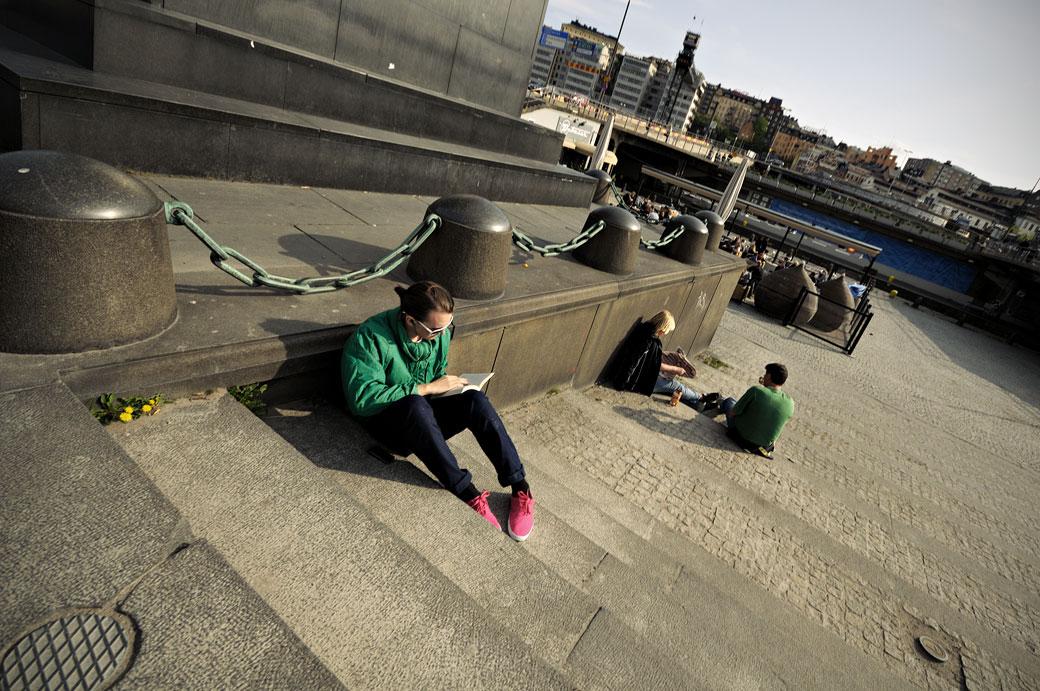 Homme qui lit avec des chaussures roses, Stockholm