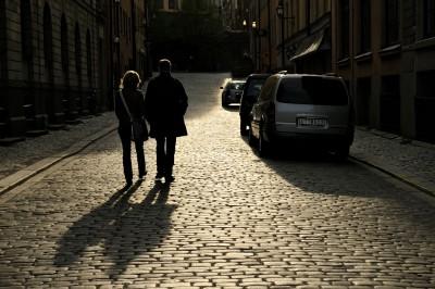 Couple dans une rue de Gamla Stan à Stockholm