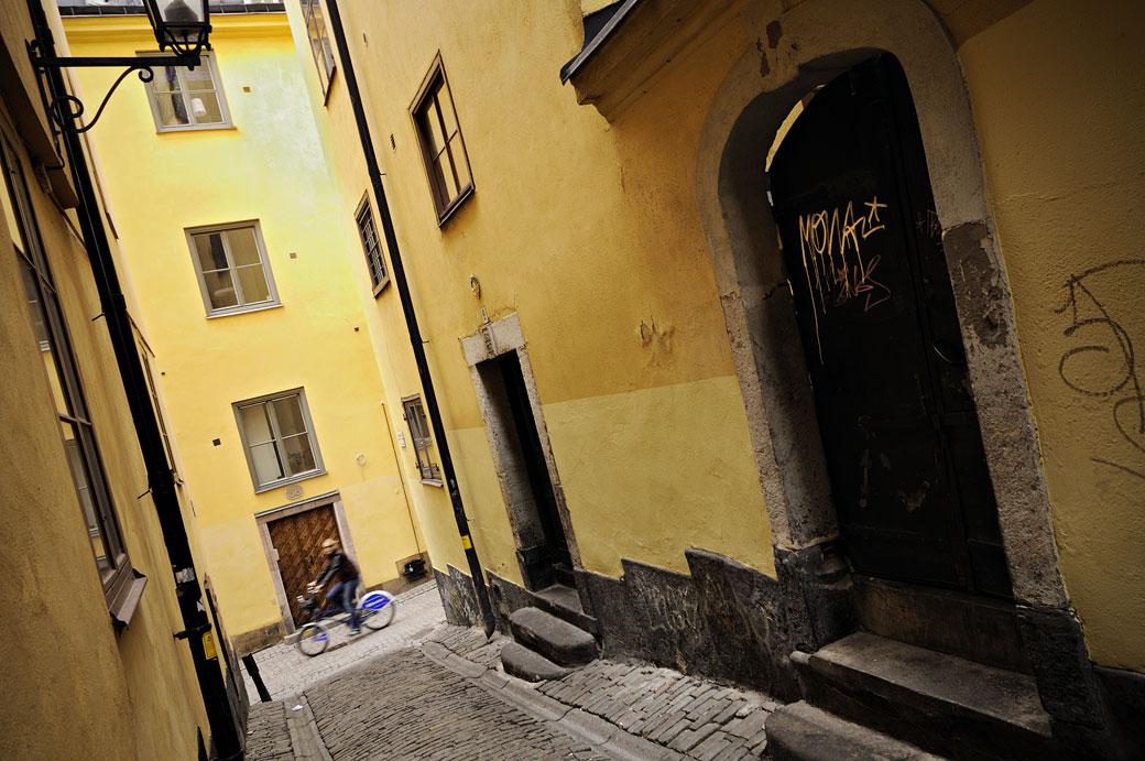 Cycliste dans les ruelles de Gamla Stan à Stockholm