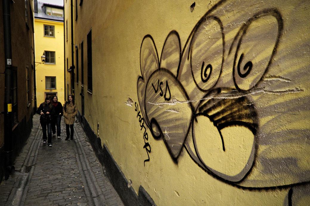 Groupe de filles et graffiti à Gamla Stan à Stockholm, Suède
