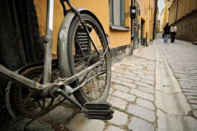 Vélo sur les pavés de Gamla Stan à Stockholm, Suède