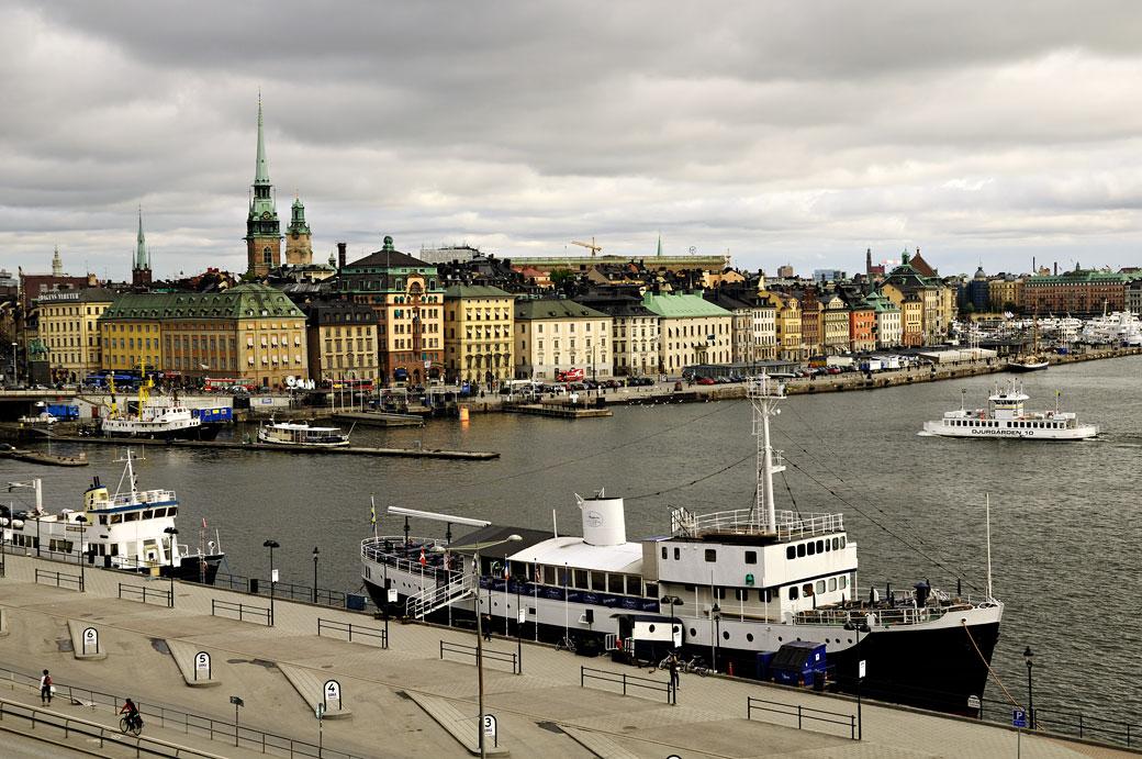 Gamla Stan et ses bateaux à Stockholm, Suède