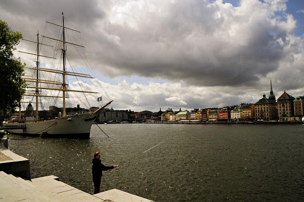 Pêcheur à la ligne sur l'île de Skeppsholmen à Stockholm, Suède