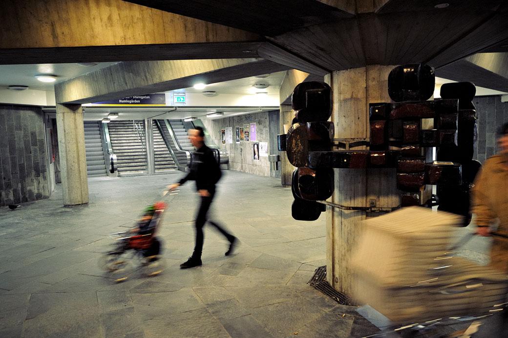 Passants dans la station de métro Östermalmstorg à Stockholm
