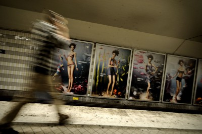 Homme pressé dans le métro de Stockholm, Suède