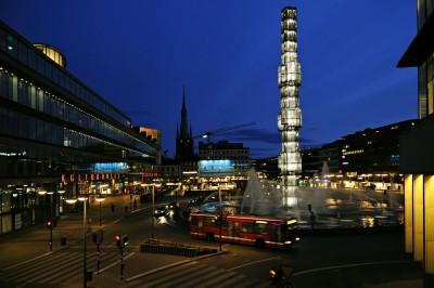 La place Sergels Torg au crépuscule à Stockholm, Suède
