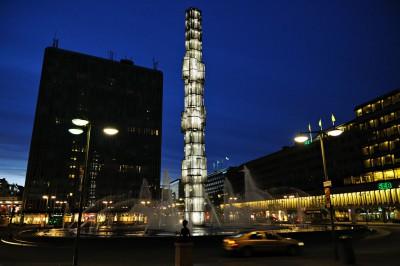 La place Sergels Torg et le Kristallvertikalaccent de nuit à Stockholm