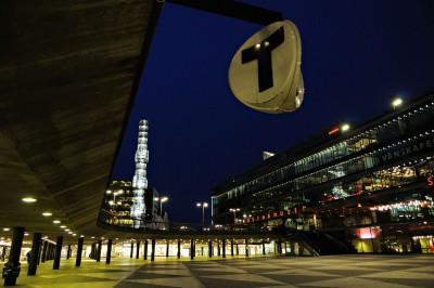 La place Sergels Torg de nuit à Stockholm, Suède