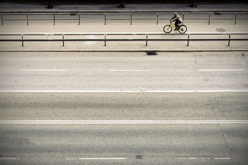 Cycliste seul sur une avenue de Stockholm, Suède