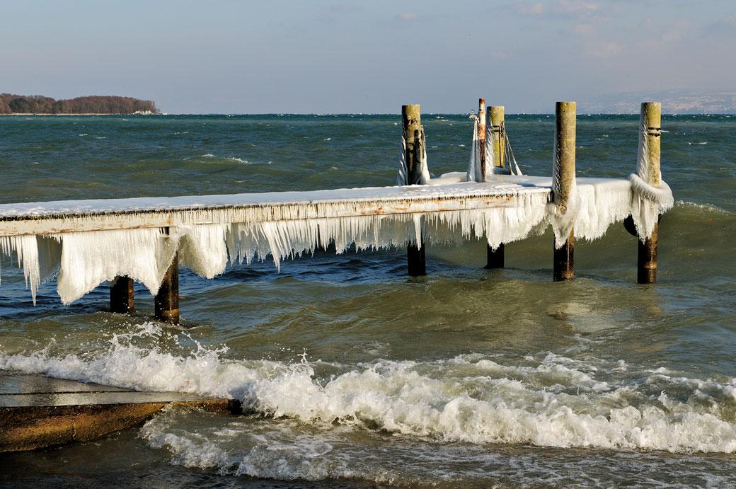 Ponton de glace au bord du lac Léman à Nyon, Suisse