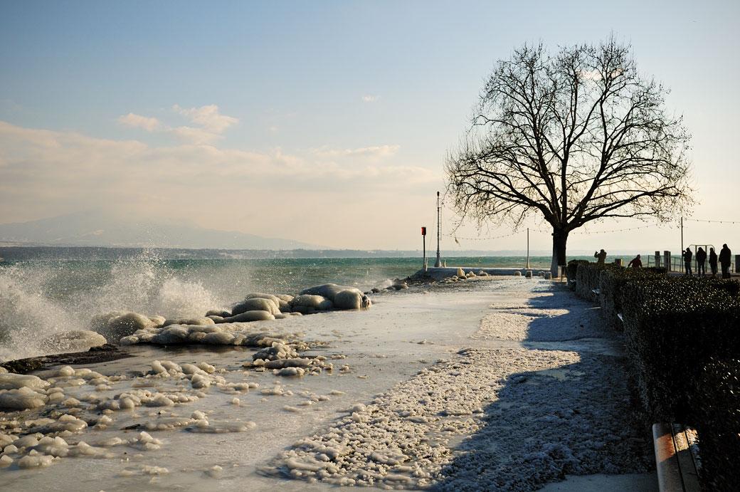 Vent glacial au bord du lac Léman à Nyon, Suisse