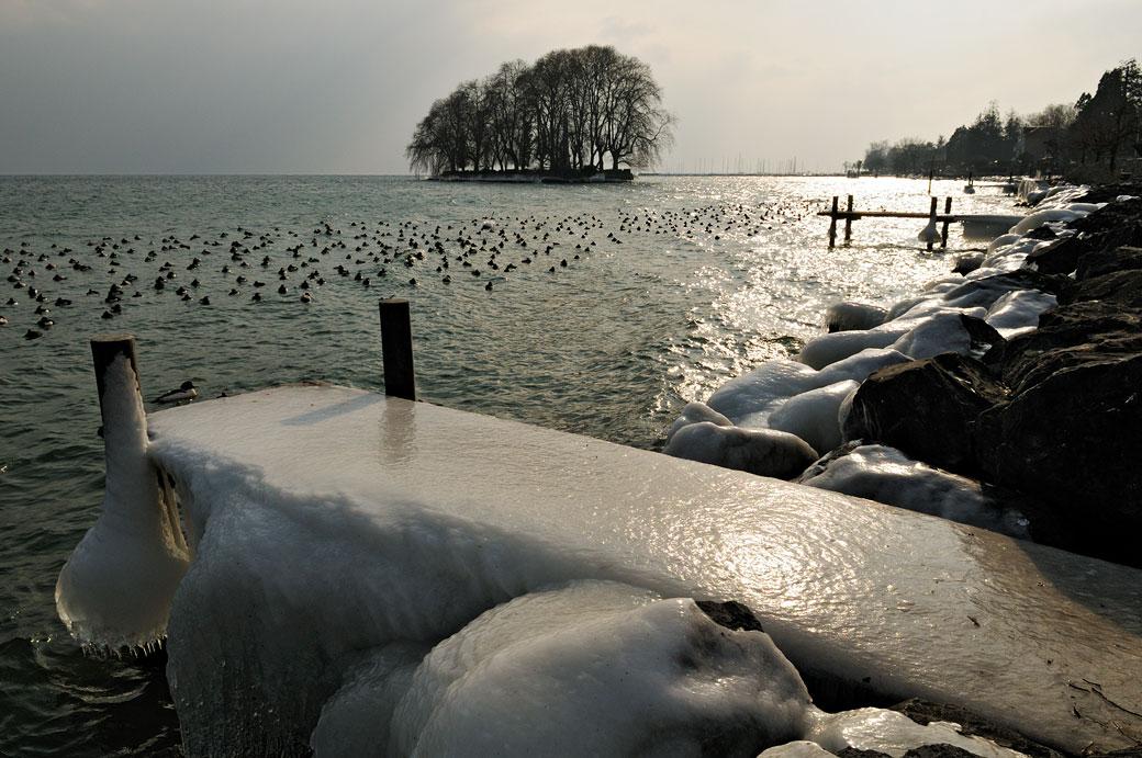 Ponton de glace devant l'île de la Harpe à Rolle, Suisse