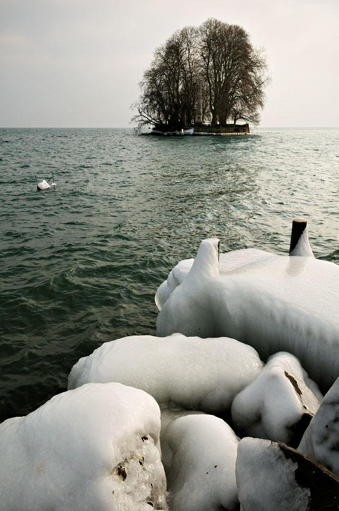 Île de la Harpe un jour d'hiver à Rolle (lac Léman), Suisse
