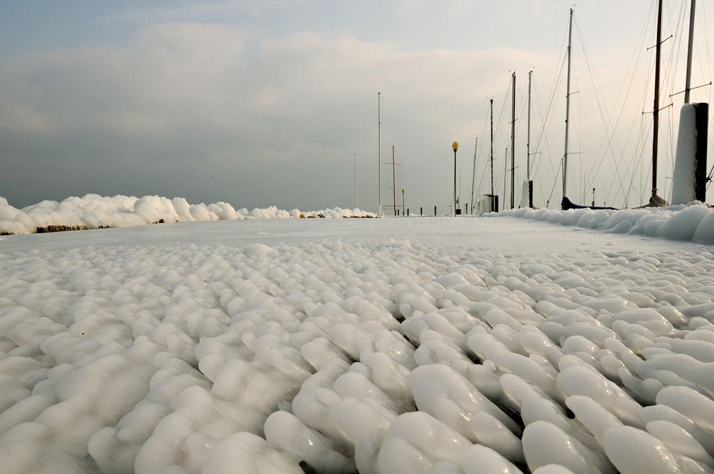Chemin de glace dans le port de Rolle, Suisse