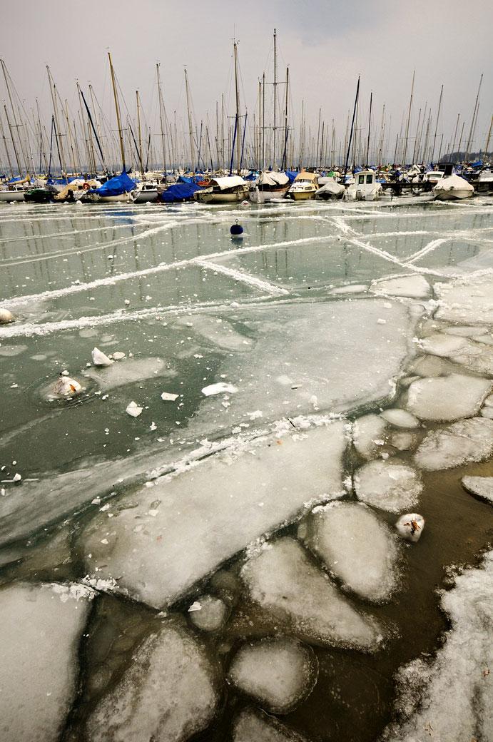 Lac Léman gelé au port Choiseul de Versoix, Suisse