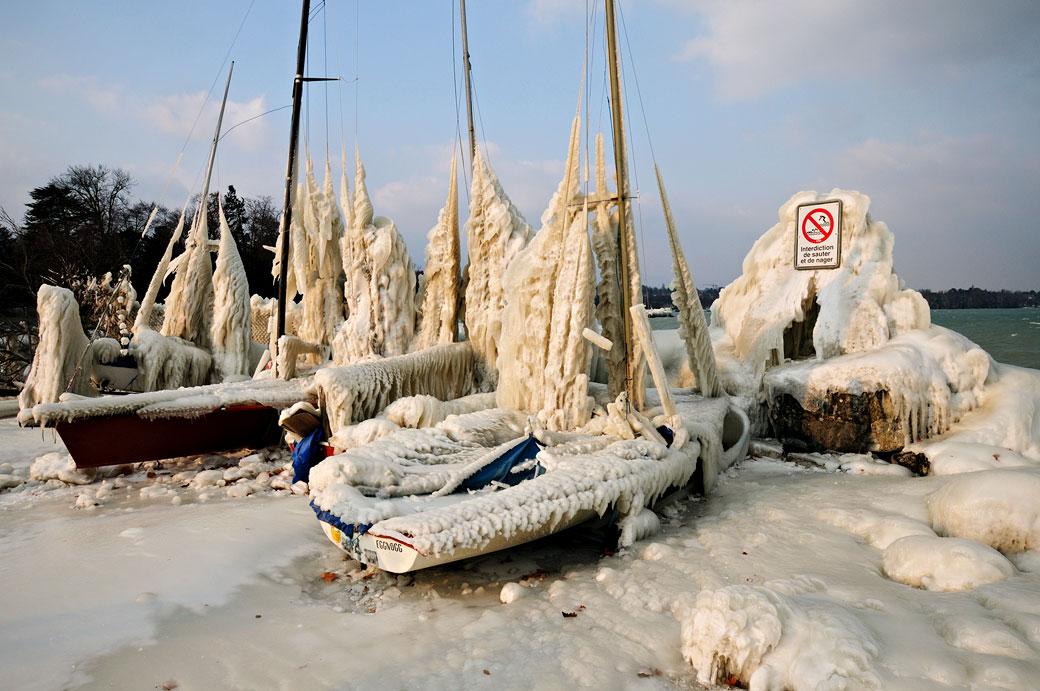 Bateaux pris dans la glace au port Choiseul à Versoix, Suisse