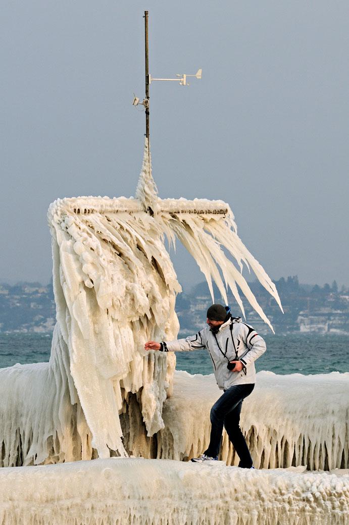 Homme sur la glace au port de Versoix, Suisse
