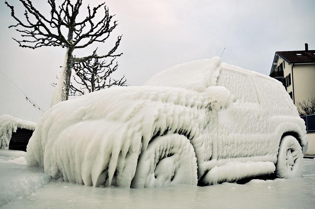 Voiture glacée sur le quai de Versoix, Suisse