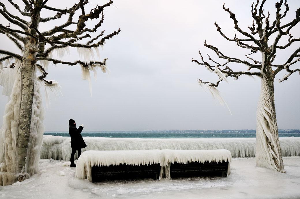 Photographe sur le quai de Versoix gelé, Suisse