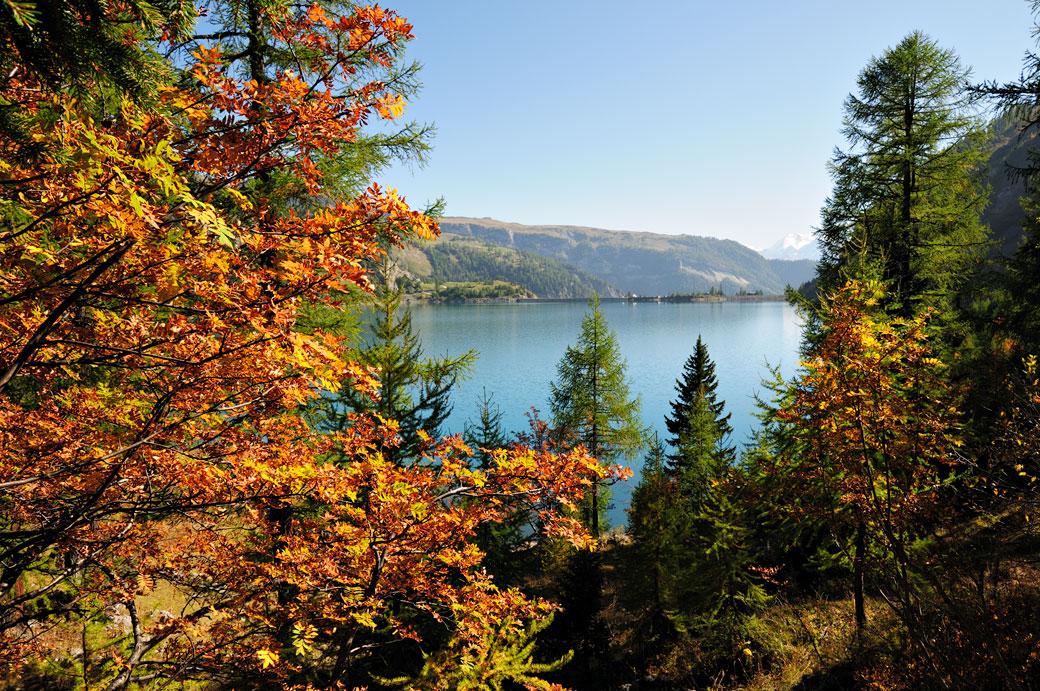 Lac de Tseuzier en automne dans le canton du Valais, Suisse