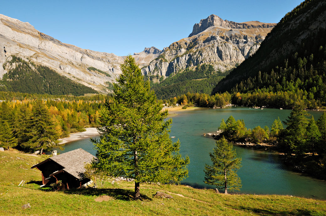 Chalet devant le lac de Derborence dans le Valais, Suisse