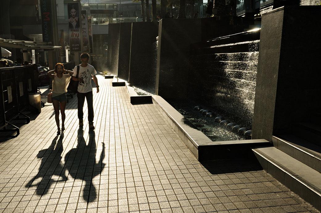 Couple à contre-jour dans le centre ville de Bangkok, Thaïlande