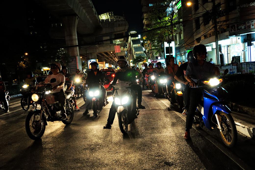 Trafic dense de scooters et motos de nuit à Bangkok, Thaïlande