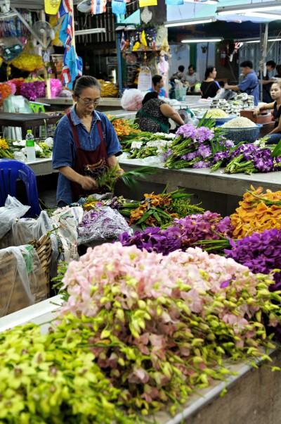Femme au Pak Khlong Talat à Bangkok, Thaïlande