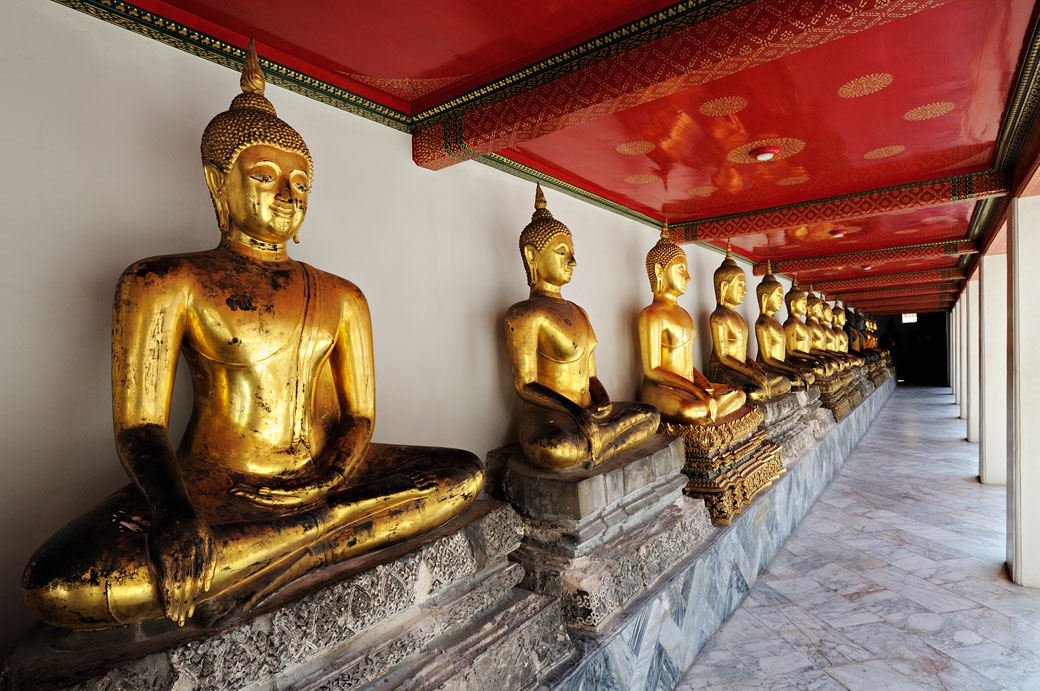 Statues de bouddhas assis au Wat Pho de Bangkok, Thaïlande