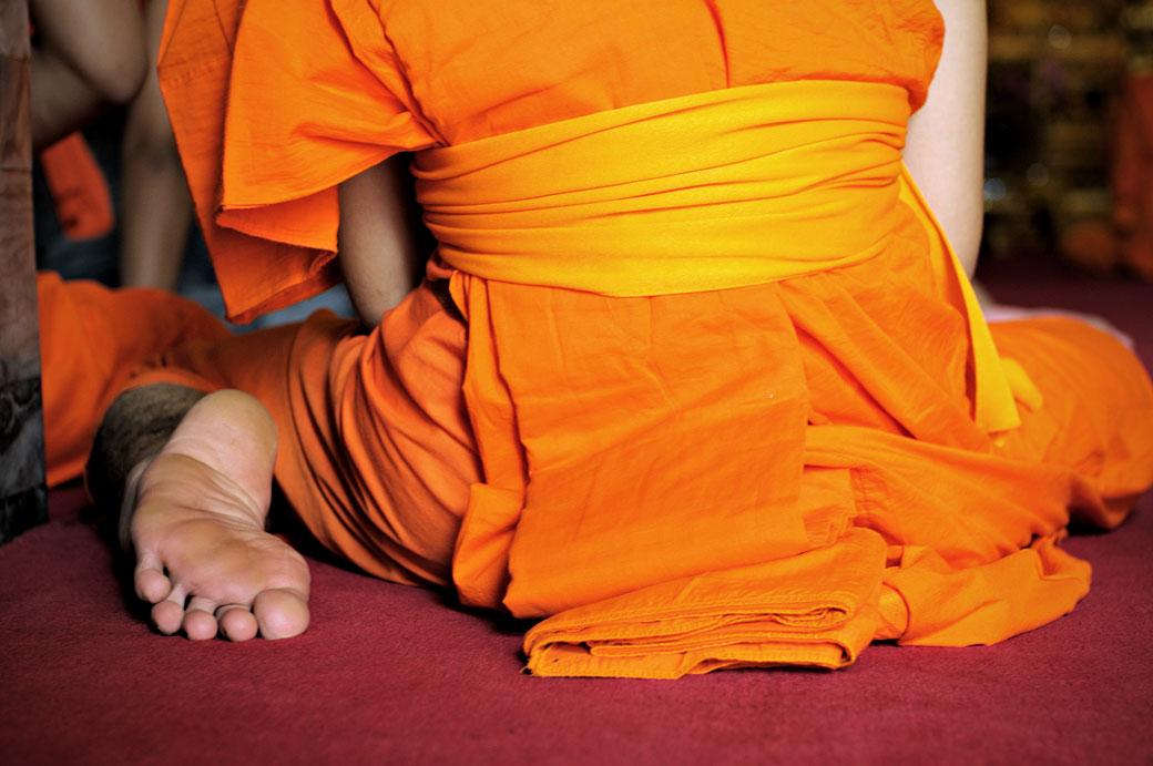 Moine assis au Wat Pho de Bangkok, Thaïlande